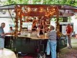 feiern und verkosten am Weinstand vom Weingut Pfalztor